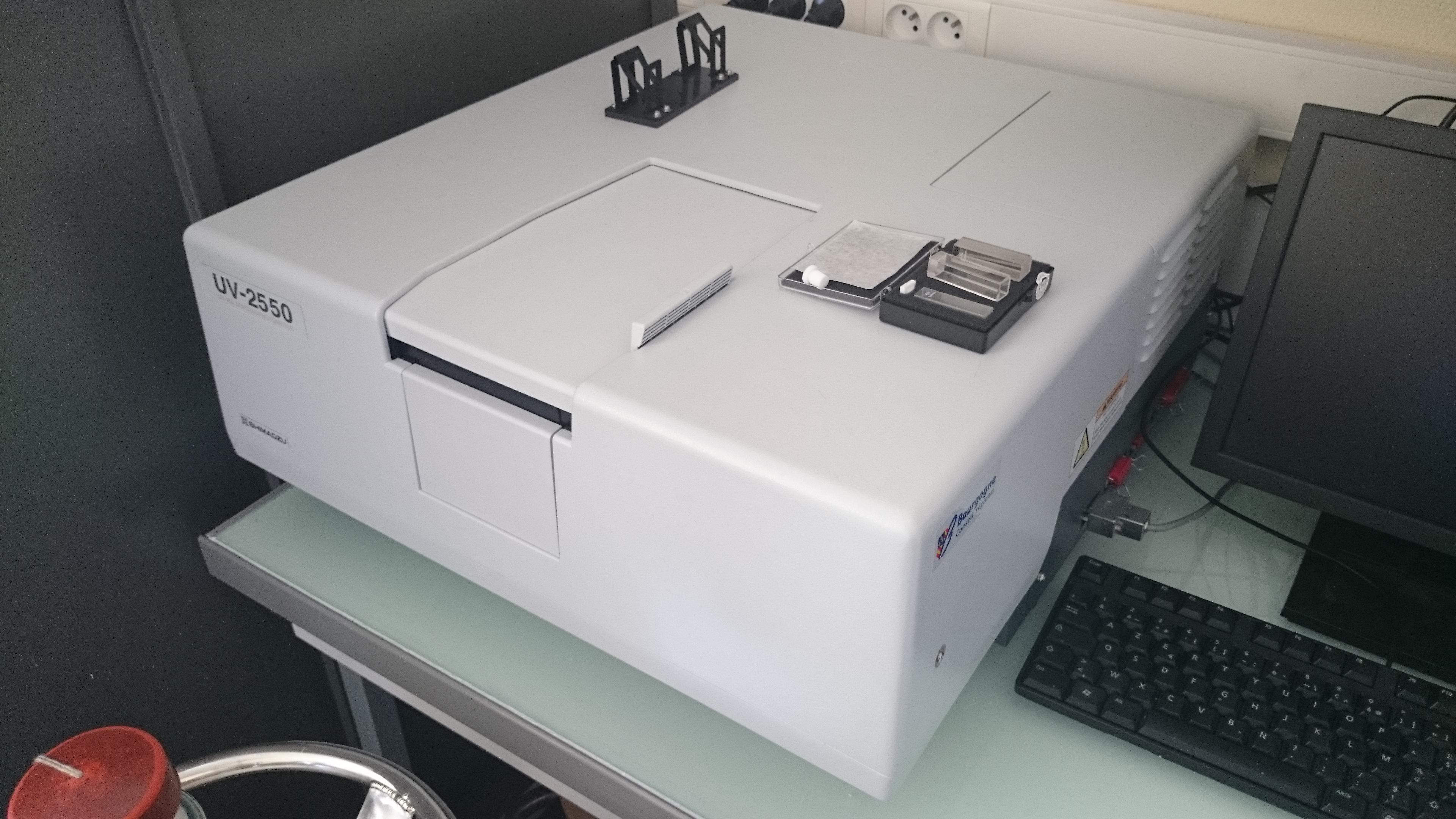 Spectroscopie UV-visible : Shimadzu UV2500 Balayages possibles entre 190 et 900 nm, sphère d'intégration, lecture déportée par fibre optique