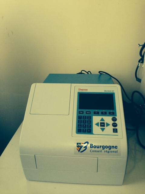 Lecteur microplaques : Thermo multiskan GO Libre choix des longueurs d'onde entre 200 à 1 000 nm ; lecture des microplaques multiformats (96 et 384 puits) ; mesures très rapide des plaques et spectre complet des échantillons en moins de 10 secondes